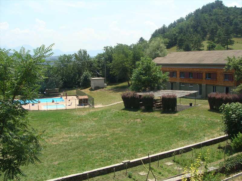 Vue sur la piscine du centre de colonie de vacances au printemps
