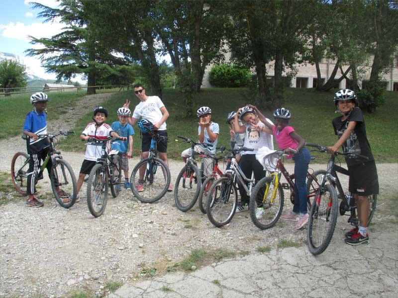 Groupe d'enfants en activité VTT en colonie de vacances au printemps