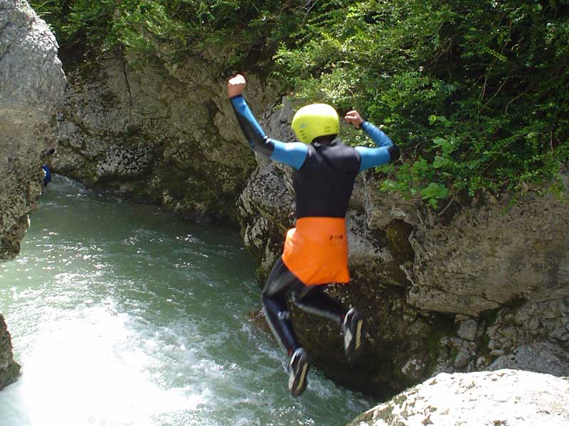 Enfant faisant du canyoning en colonie de vacances au printemps