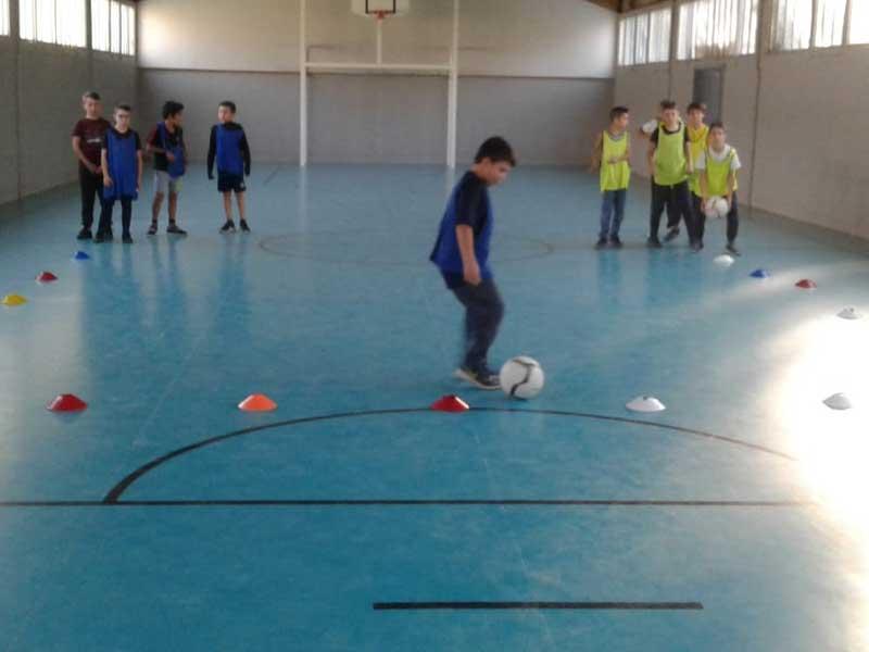 Groupe d'enfants faisant un entraînement de football pendant la colonie de vacances