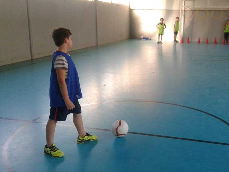 Un enfant s'apprête à marquer un but pendant l'entraînement de foot