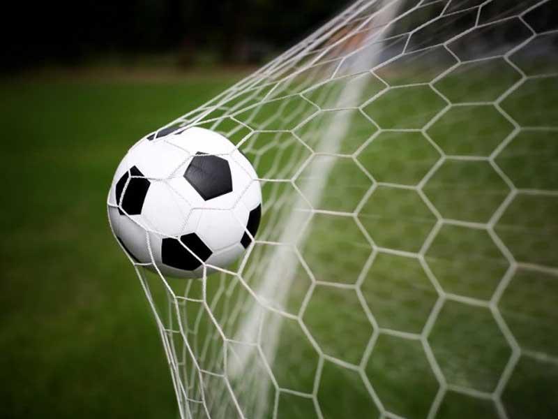 Un ballon de football envoyé dans une cage de football