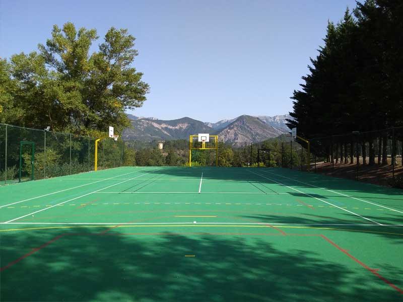 Photo du terrain multisport du centre de la colonie de vacances au printemps