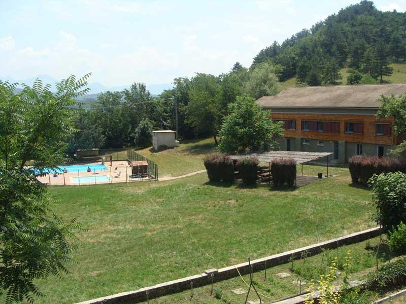 Vue sur le jardin et la piscine du centre de colonie de vacances