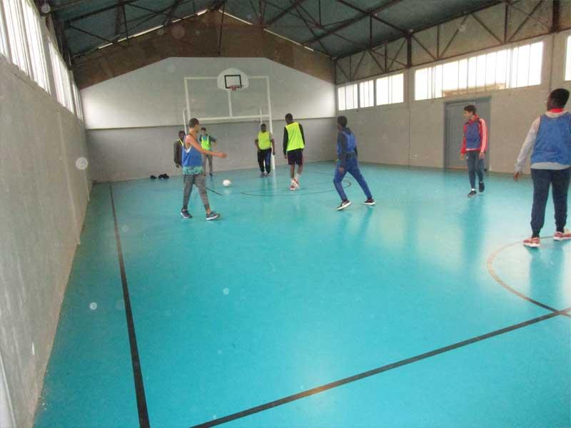 Adolescents faisant un match de football en colonie de vacances au printemps