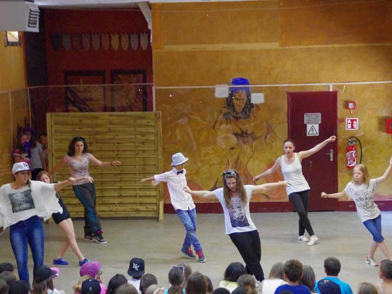 Groupe d'adolescent faisant une prestation de danse devant les jeunes de la colonie de vacances