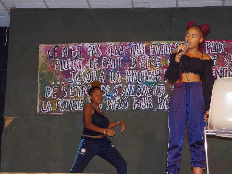 Des adolescents font un spectacle de chant et de danse en colonie de vacances