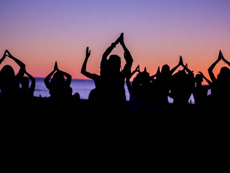 enfants faisant du yoga en bord d ocean en colonie de vacances