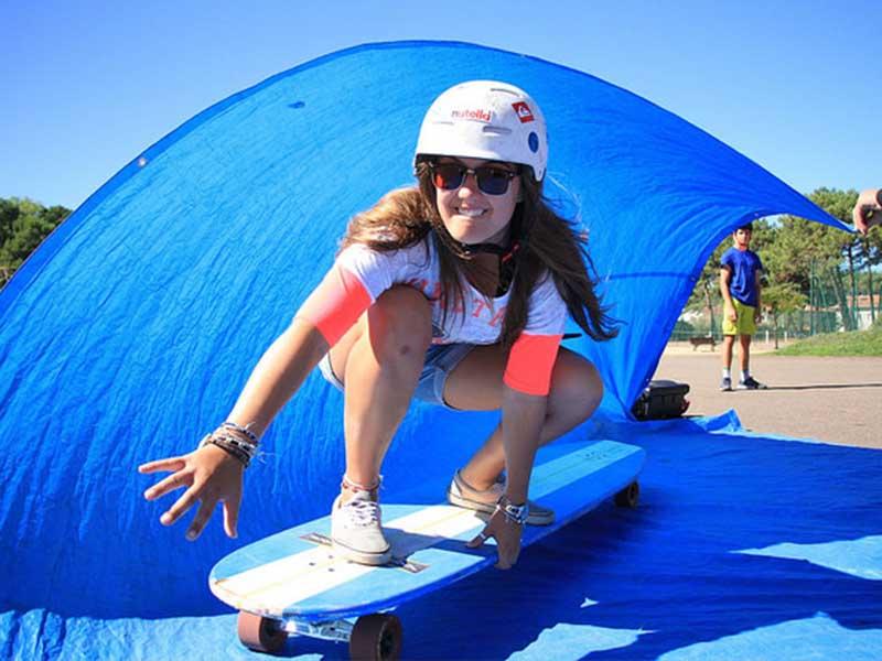 Jeune fille faisant du skateboard en colonie de vacances ce printemps