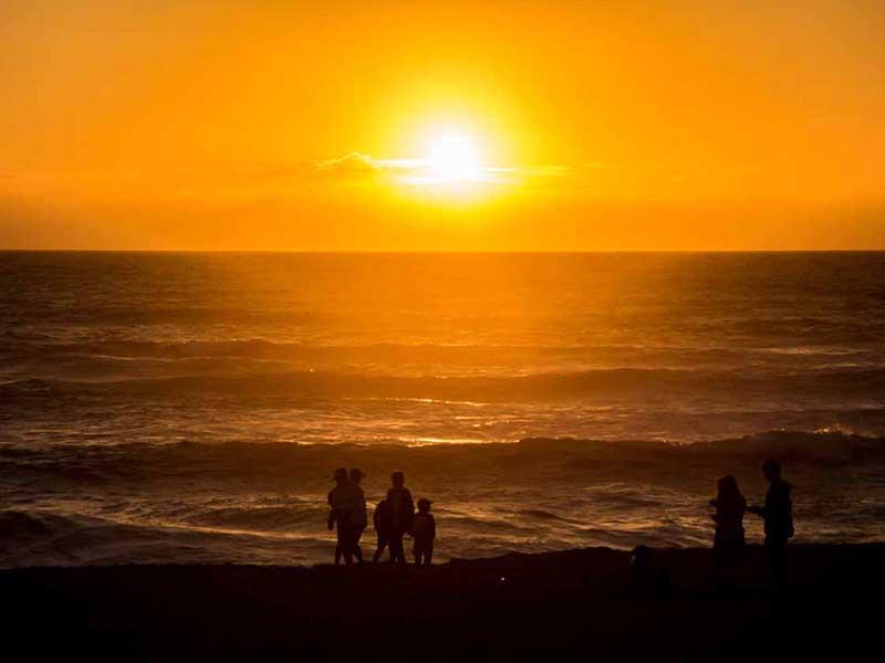 Paysage de plage avec coucher de soleil en colo ce printemps