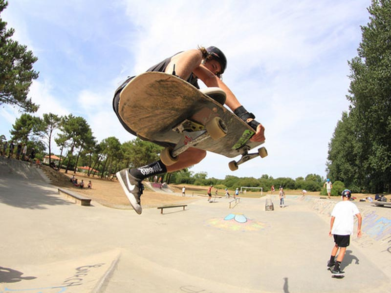 ado avec son skateboard en colo ce printemps