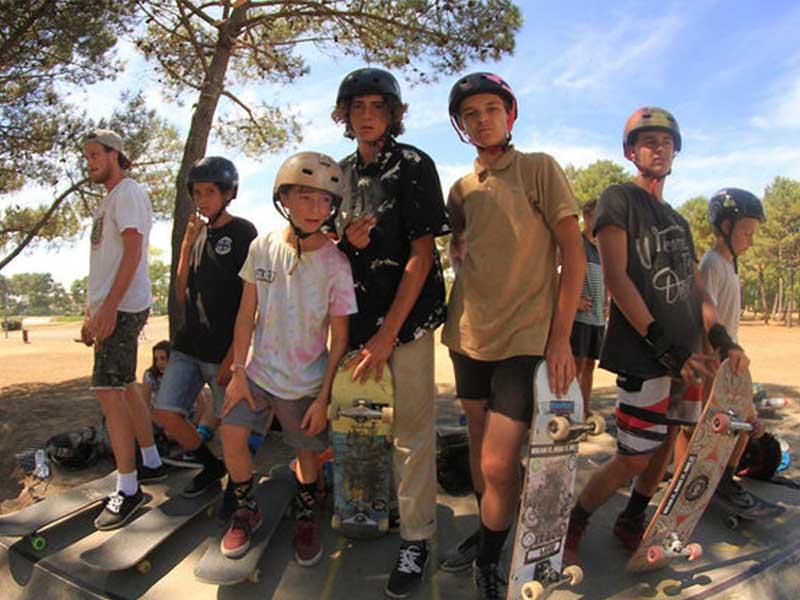 Groupe d'enfants avec leur skateboard en colonie de vacances ce printemps