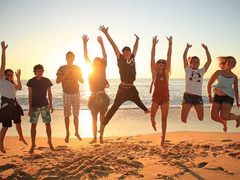 groupe d'enfants à la plage ce printemps en colonie de vacances