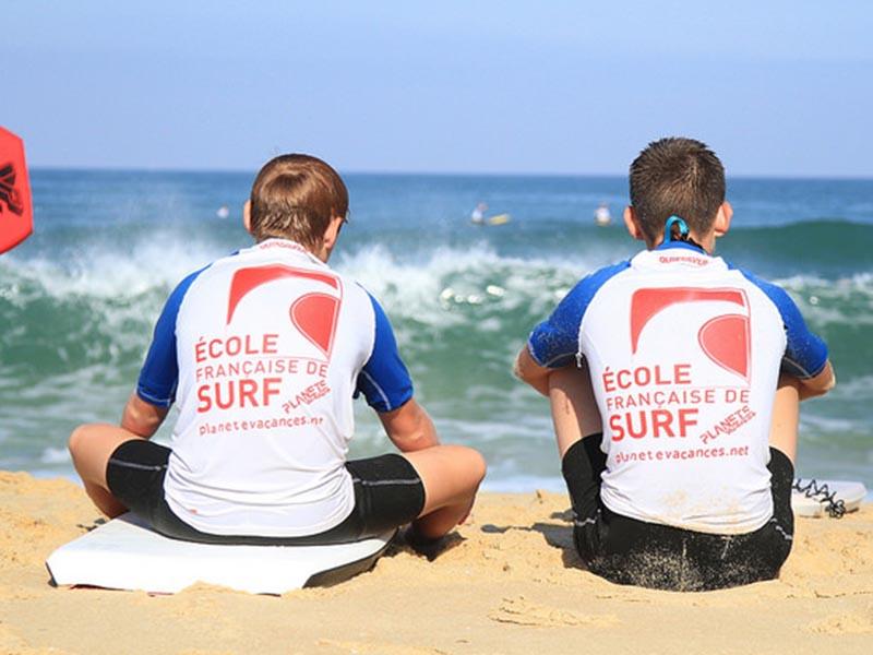 ados de dos en bord d'ocean en cours de surf en colonie de vacances printemps