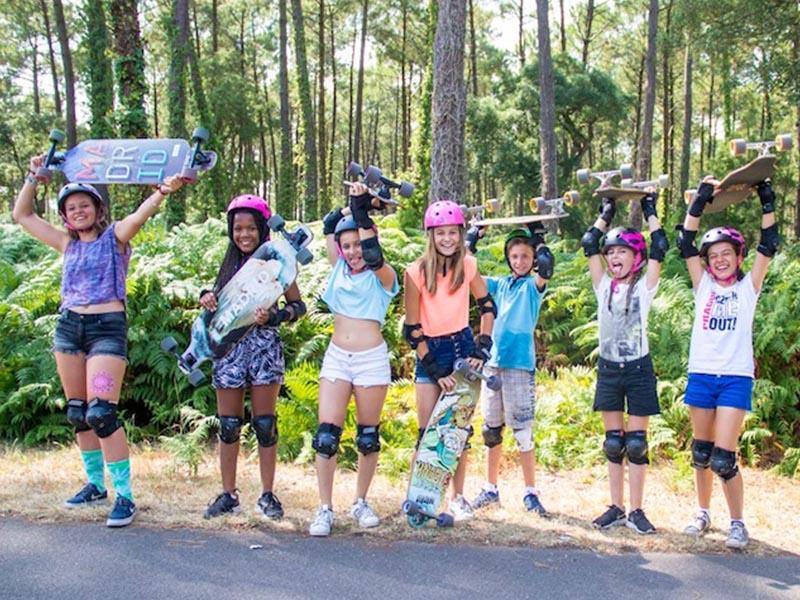 groupe d'enfants faisant du skateboard en colonie de vacances printemps