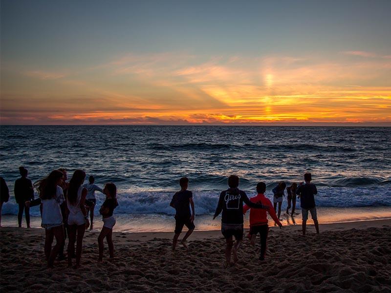 vue sur le bord d ocean avec un coucher de soleil ce printemps en colo