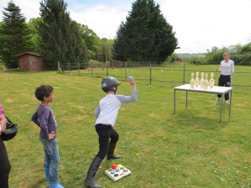 enfants jouant à des jeux collectifs en colonie de vacances de printemps