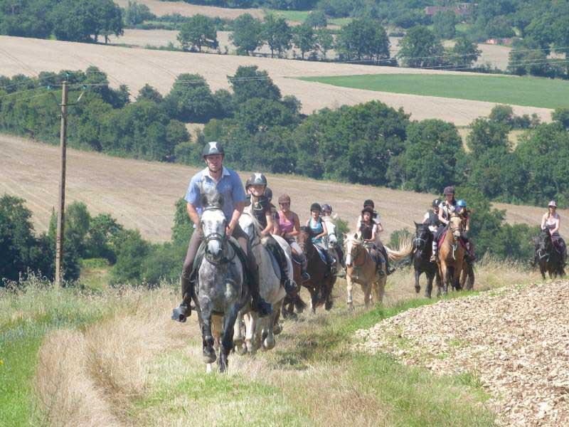 Enfants en balade à cheval en colo équitation ce printemps