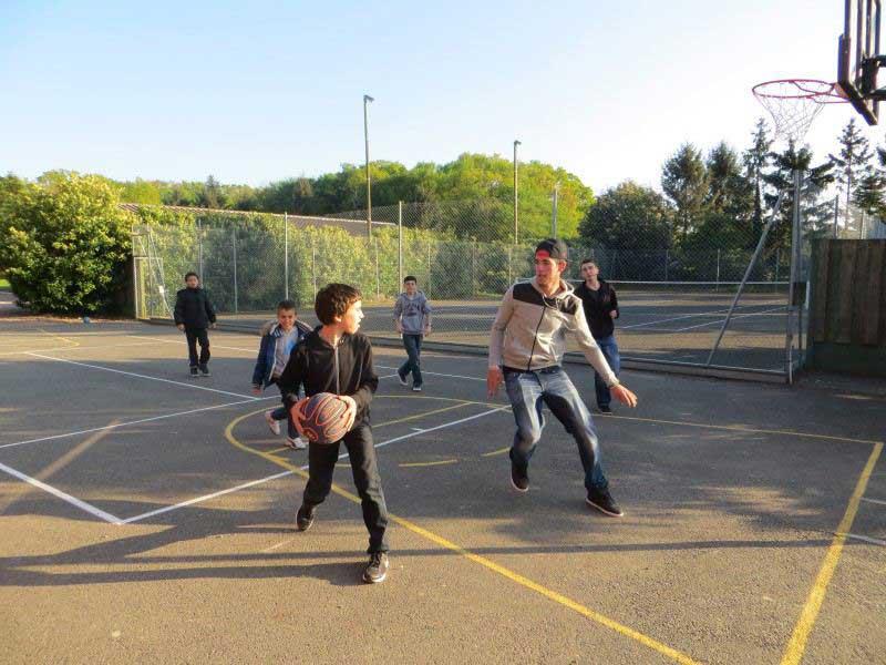 groupe d'enfants jouant au basketball en colonie de vacances de printemps