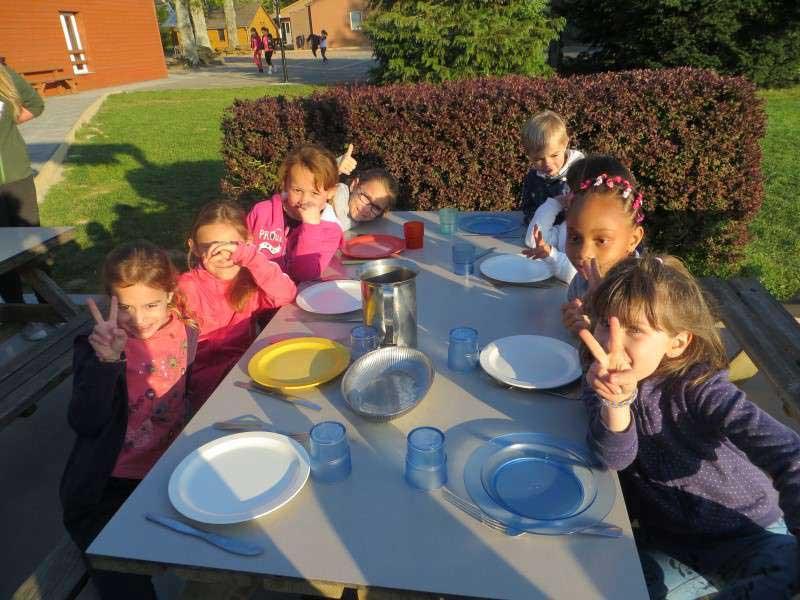 enfants mangeant ensemble en colonie de vacances ce printemps