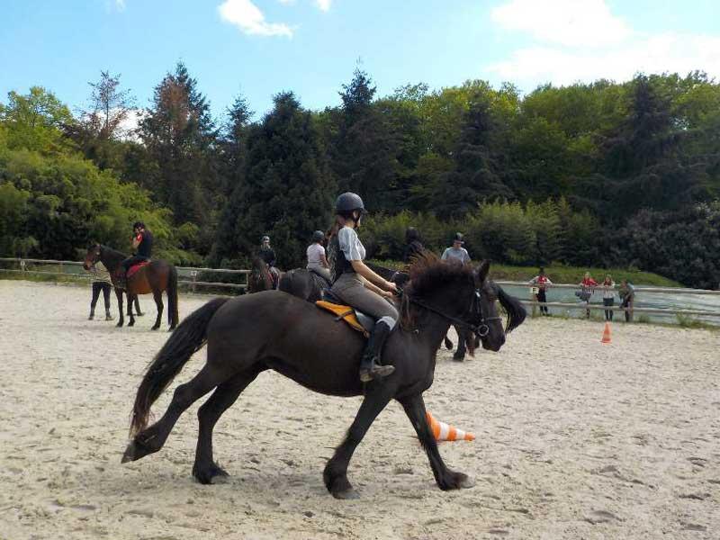 enfants faisant de l'équitation ce printemps en colo