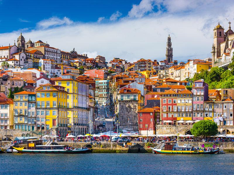 Façades colorées du Portugal en colonie de vacances printemps