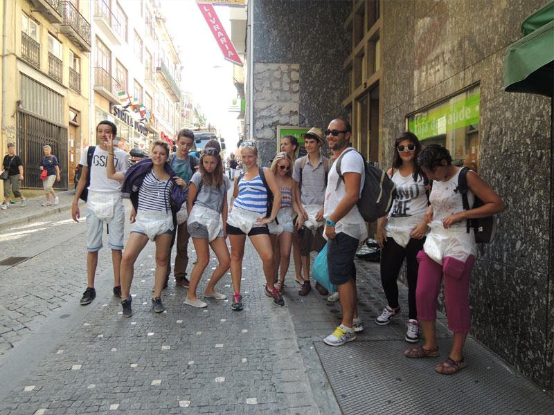 groupe d'ados découvrant lisbonne lors d'une colo au Portugal