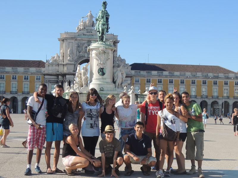 Groupe d'ados devant les monuments historiques du Portugal