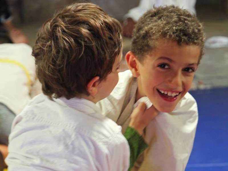 jeunes enfants faisant du judo en colonie de vacances au printemps