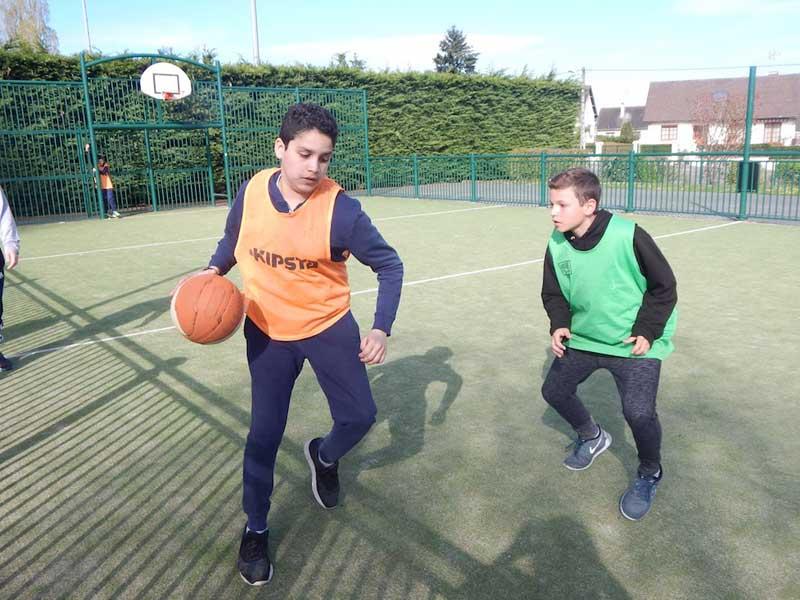 Enfants jouant au basket en colonie de vacances au printemps