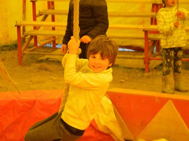 Enfant apprenant les arts du cirque en colonie de vacances au chateau