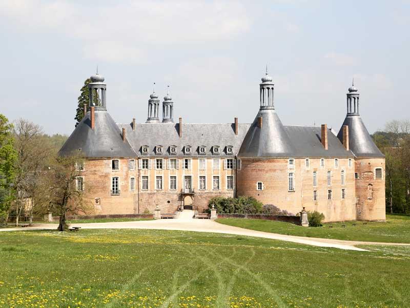 vue sur le chateau de saint fargeau ce printemps en colonie de vacances