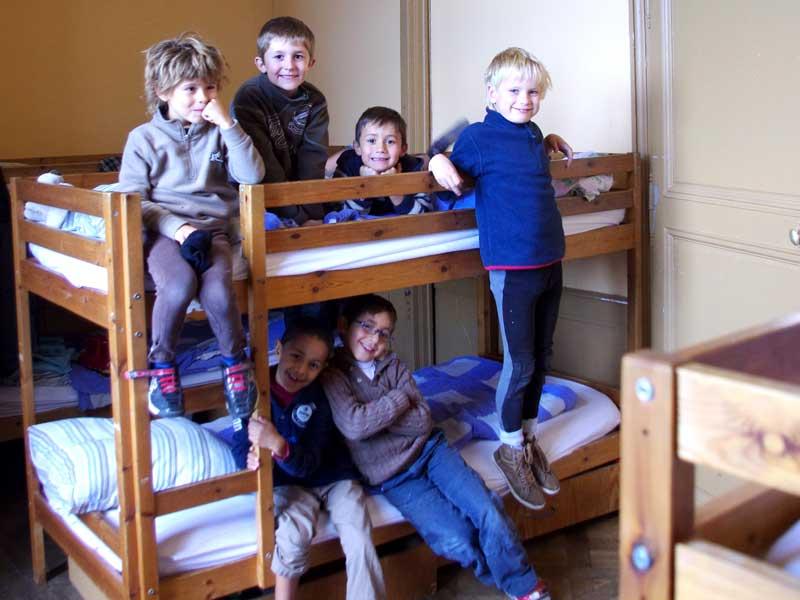 Enfants dans leur chambre au chateau en colonie de vacances