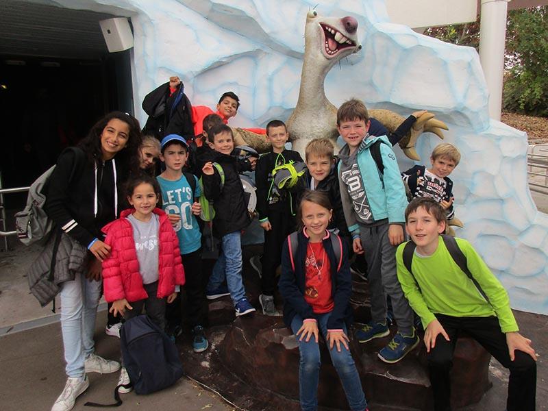 groupe d'enfants en colonie de vacances au Futuroscope avec sid de l'age de glace en colonie de vacances