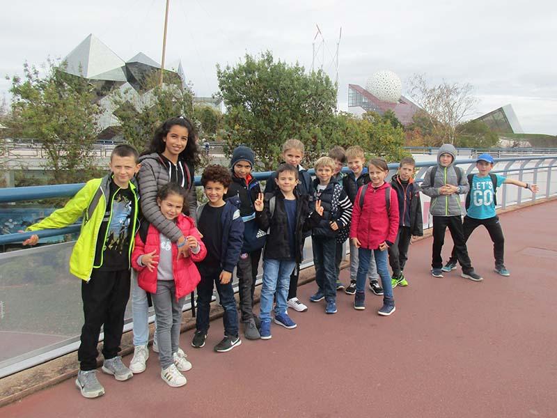 groupe d'enfants en colonie de vacances au futuroscope au printemps