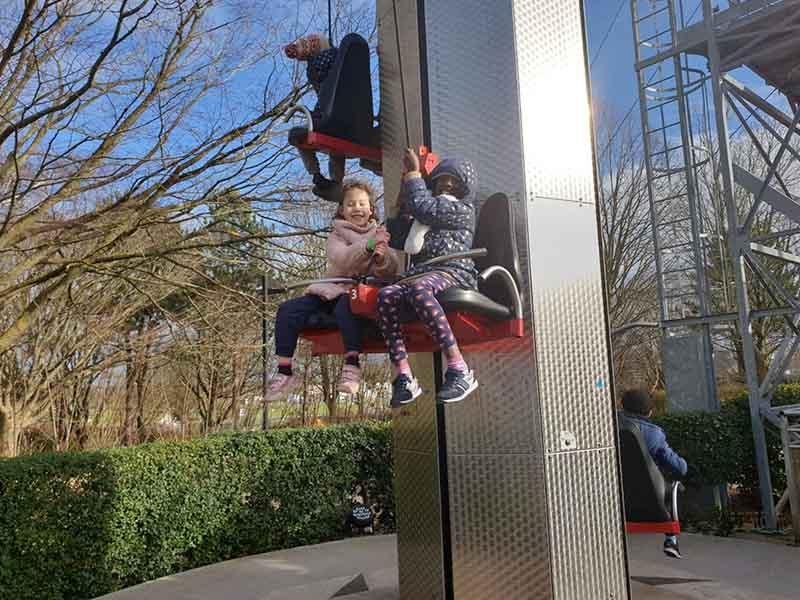 enfants dans une attraction du futuroscope en colonie de vacances au printemps