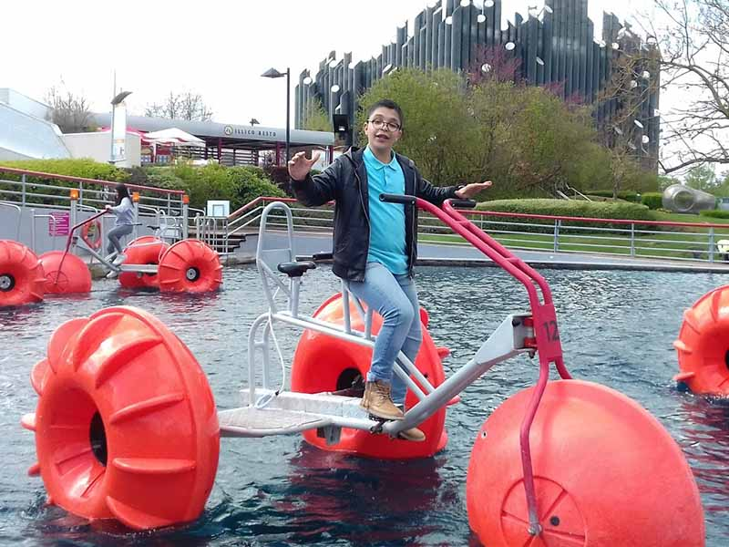 Enfant faisant du vélo sur l'eau en colonie de vacances au futuroscope ce printemps