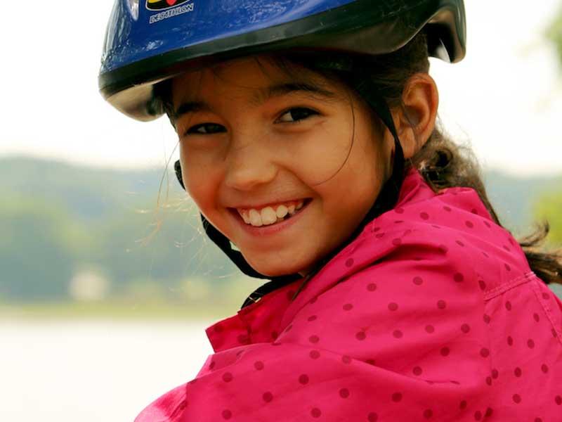 Portrait d'une fillette portant un casque en colonie de vacances