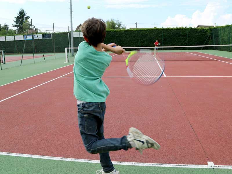 Enfant faisant du tennis en colonie de vacances