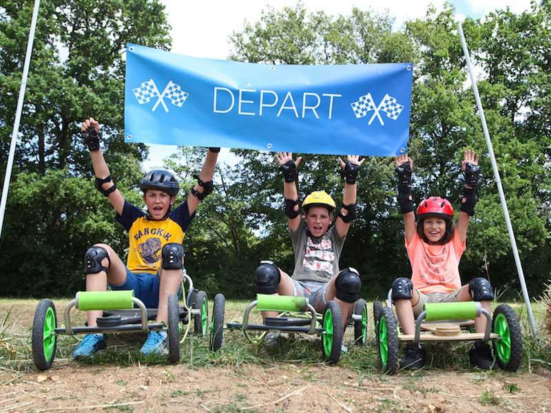 enfants au départ d'une course en kart en colonie de vacances d'été
