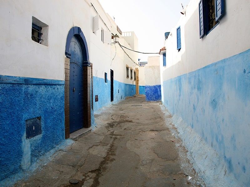 Vue sur une célèbre rue bleue et blanche du Maroc lors d'une colo de vacances pour ados durant le printemps