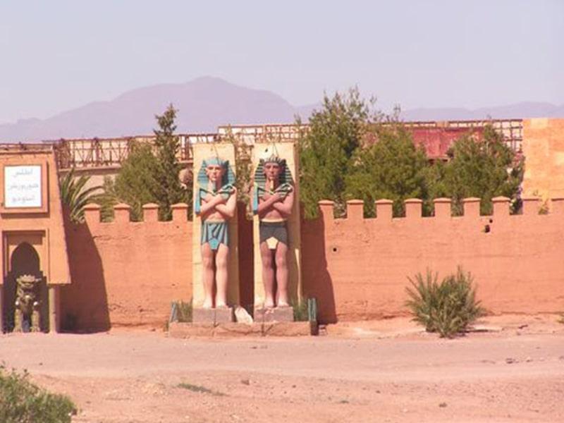 Monument marocain dans le désert observé par les ados lors d'une colonie de vacances durant le printemps au Maroc