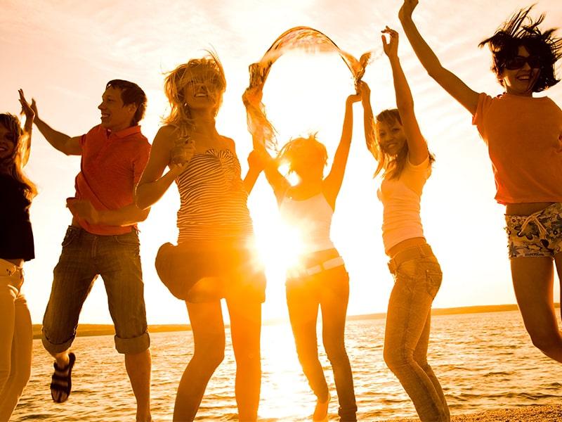 Ados qui profitent des plages du Maroc et du coucher de soleil lors d'une colonie de vacances au printemps
