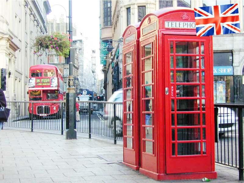 Vue sur les cabines téléphoniques anglaises en colonie de vacances pour ados