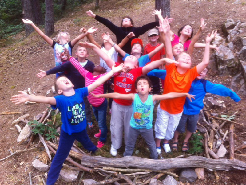Groupe d'enfants dans les bois construisant une cabane