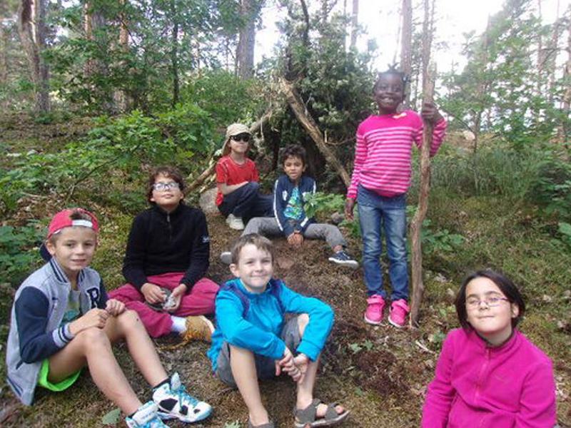 Groupe d'enfants dans la forêt ayant construit une cabane
