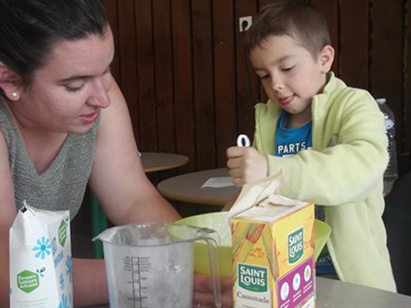 Enfant apprenant à cuisiner en colonie de vacance
