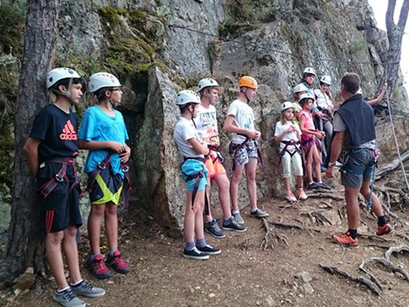 Enfants prêts à commencer une séance d'escalade en colonie de vacances