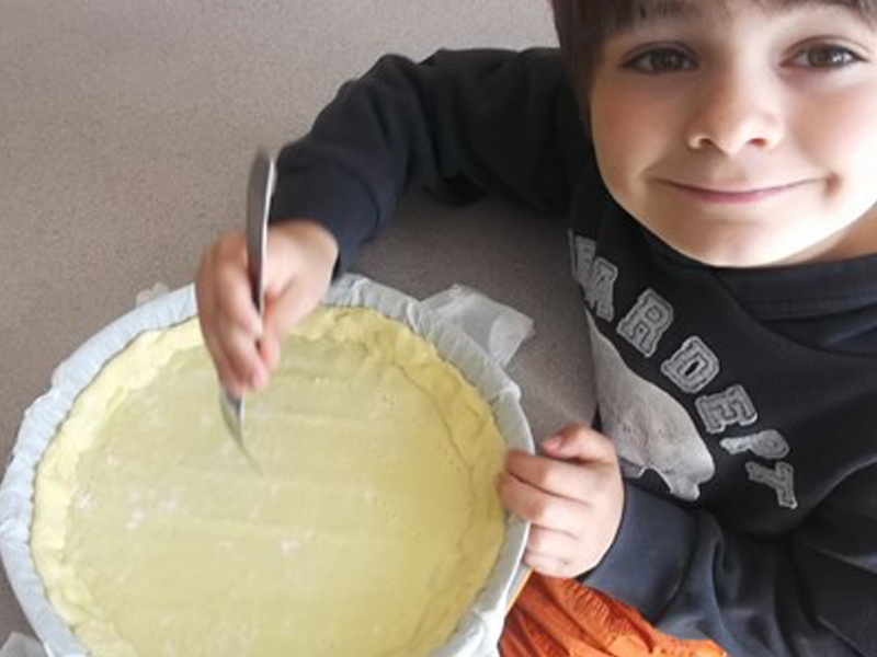 Enfant cuisinant en colo