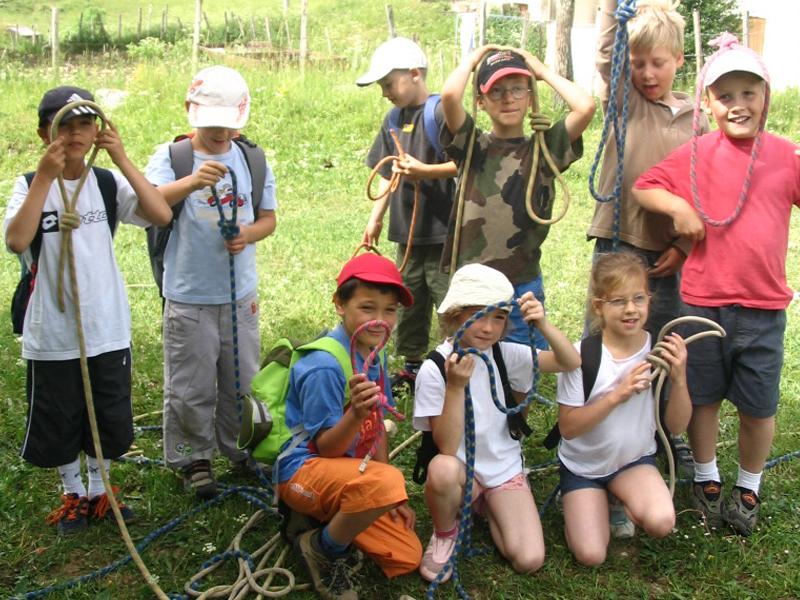 Enfants apprenant à faire un lasso